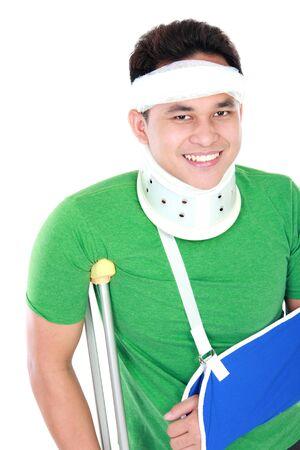 brazo roto: apuesto joven con el brazo roto