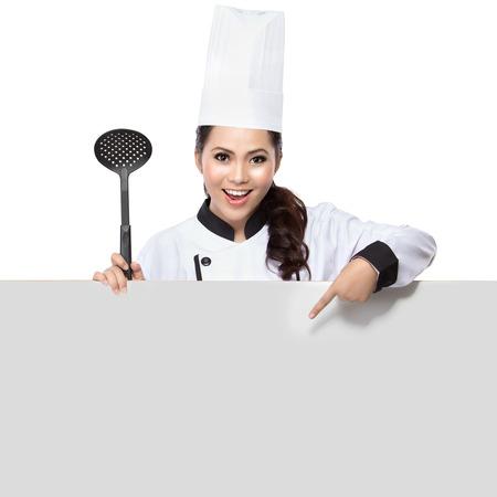 Chef zeigt leere Zeichen. Frau Koch, Bäcker oder Koch lächelt glücklich mit leeren weißen Papier Schild isoliert auf weißem Hintergrund Standard-Bild - 36078932