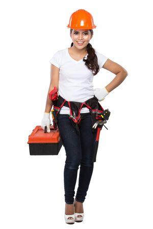 overol: retrato de joven mujer asi�tica con caja de herramientas aisladas sobre fondo blanco