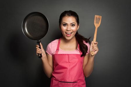 portret van de vrouwelijke chef-kok of huisvrouw klaar om te koken Stockfoto