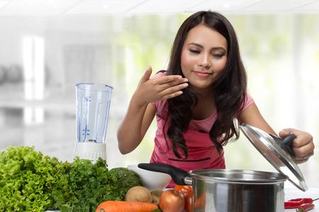 Giovane donna che cucina nella cucina. Healthy Food Diet. Cucinare a casa. Preparare il cibo Archivio Fotografico - 37229300