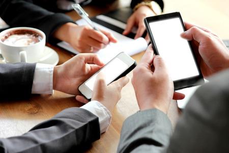스마트 폰을 사용하는 사업 사람들의 그룹의 초상화 스톡 콘텐츠