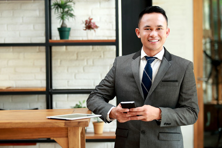 empresarios: retrato de joven hombre de negocios espera de la reunión cita en el café