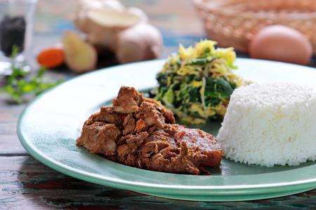쇠고기 rendang의 초상화 urap와 쌀을 역임