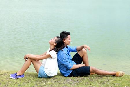 parejas de jovenes: retrato de la joven pareja se sienta relajarse en sus vacaciones