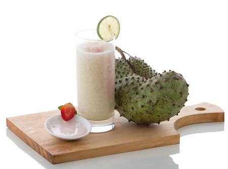 vaso de jugo: Un potrait de un yogur de vidrio y mezcla guan�bana batido