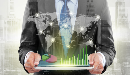都市およびハイテク デジタル タブレットを使用するビジネスマンの二重露光