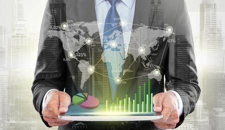 Dubbele belichting van de stad en de zakenman met behulp van hightech digitale tablet