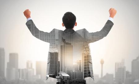 성공 비즈니스 남자 사업가와 도시의 손 이중 노출의 개념을 인상
