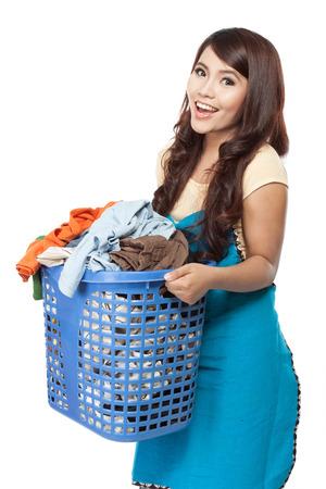 vrouw die een huishouden met wasgoed