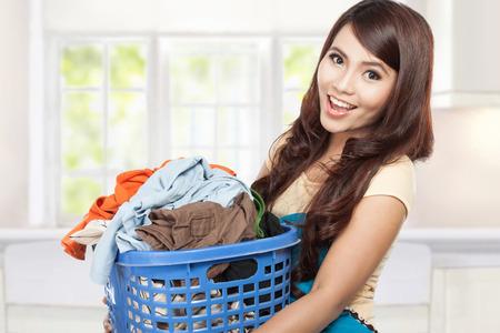 lavander: mujer haciendo una lavandería tareas domésticas sosteniendo Foto de archivo