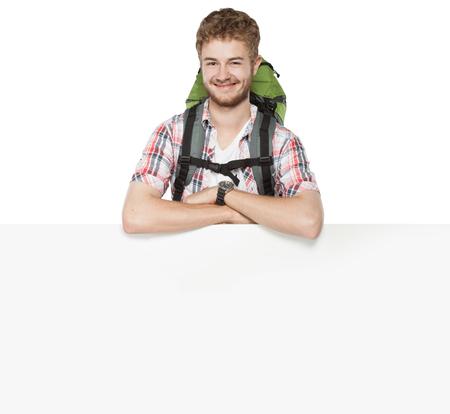 bonne aventure: portrait de jeune homme avec sac à dos isolé sur fond blanc
