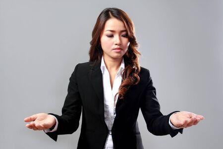 Un retrato de una joven empresaria se comparan dos objetos virtuales Foto de archivo