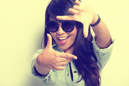 Een portret van een jonge vrouw gelukkig poseren als het vastleggen van een foto geïsoleerd