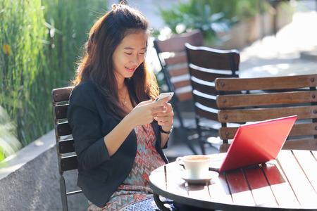 Un retrato de una empresaria joven oudoor trabajo, en un café