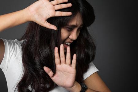 violencia intrafamiliar: Un retrato del miedo a la mujer víctima de la violencia doméstica y el abuso Foto de archivo