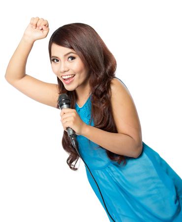 Een portret van een jonge vrouw zingt holding een mic, die op witte achtergrond wordt geïsoleerd