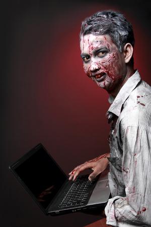 глядя на камеру: портрет зомби компьютерной маньяка, глядя камеру из стороны