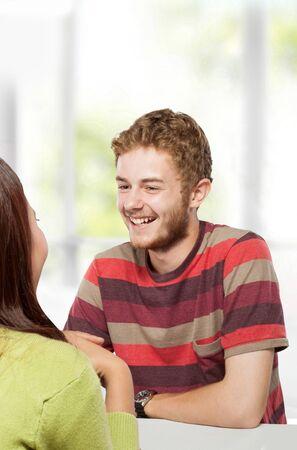 estudiantes adultos: Un retrato de dos jóvenes estudiantes universitarios que estudian juntos en la clase sentados en un escritorio Foto de archivo