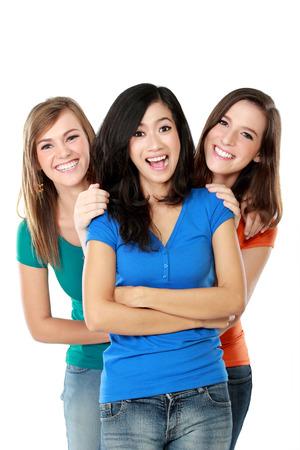 Portret van drie meisjes van gelukkige tieners staan en plezier