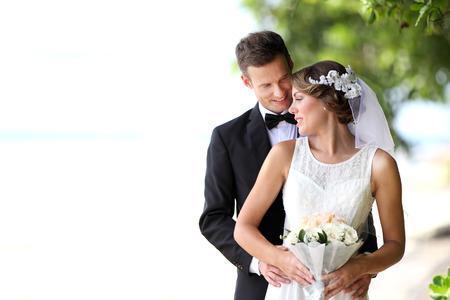 Porträtt av vacker brud och stilig brudgum glad tillsammans med kopia utrymme Stockfoto