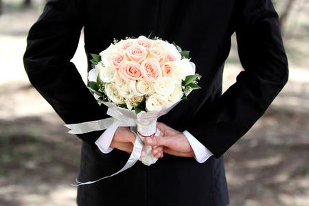 신랑 그의 뒤 꽃다발을 들고