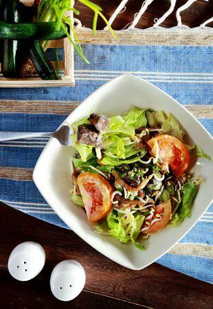 higado de pollo: vista desde arriba de la ensalada de h�gado de pollo servido en un plato blanco