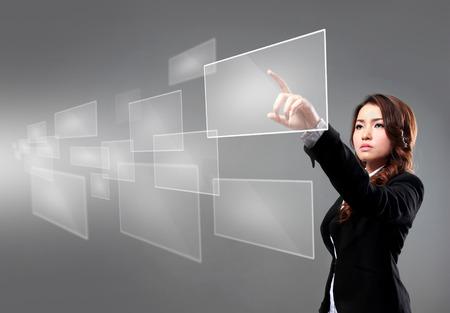 portret van zaken vrouw wijzend op drijvend scherm met behulp van hoogwaardige technologie Stockfoto