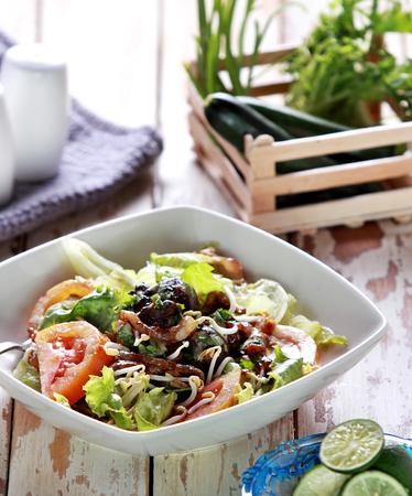 higado de pollo: retrato de ensalada de h�gado de pollo saludable para el desayuno
