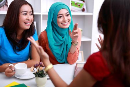 amigos hablando: retrato de un grupo de mujeres hermosas tienen una interesante conversación