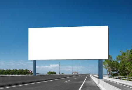 明るい青空の下で道路の道路標識や看板空白空白のホワイト ボード