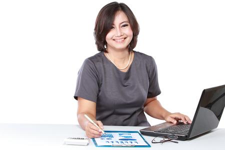 Mooie zaken vrouw werken in het kantoor