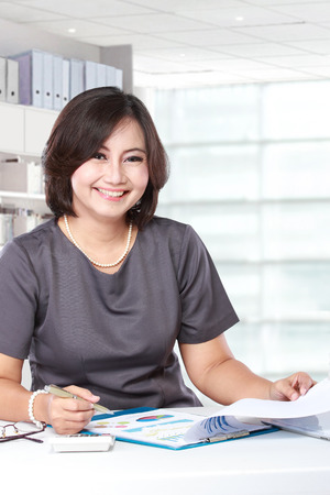 woman boss: Pretty business woman working in the office