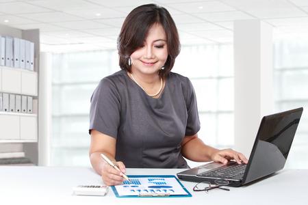 femmes souriantes: Jolie femme d'affaires travaillant dans le bureau Banque d'images