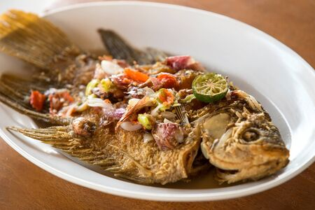 pescado frito: pescado frito o pescado asado con ingredientes tradicionales Foto de archivo