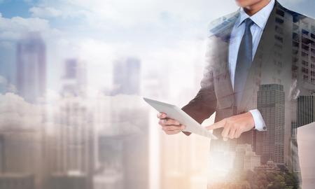 現代のコンピューターの新しいタブレットを使用して実業家の二重露光の肖像画を示す社会ネットワーク構造の概念 写真素材