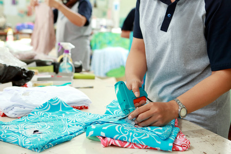 portret van labeling proces voor het cloting product bij textielfabriek
