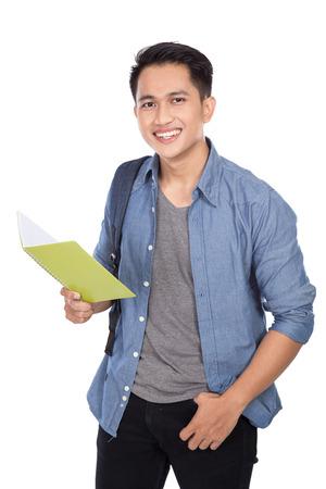 Un portrait d'un jeune étudiant asiatique avec un sac à dos sur les livres et les titulaires