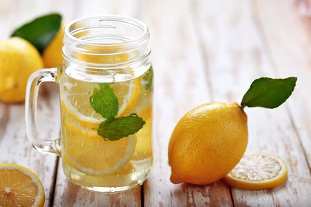 limon: portait de limón fresco agua infundida con los ingredientes en la mesa de madera Foto de archivo