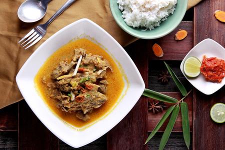top portret van Indonesische eten Gulai kambing uitzicht geserveerd met rijst Stockfoto