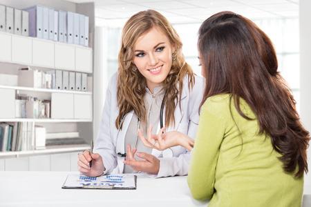 メスの患者とドクターの肖像画。クリニックでは、患者への助言聴診器でフレンドリーで幸せな医者 写真素材