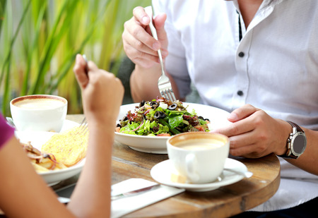 almuerzo: Retrato de pareja almorzando juntos en el café