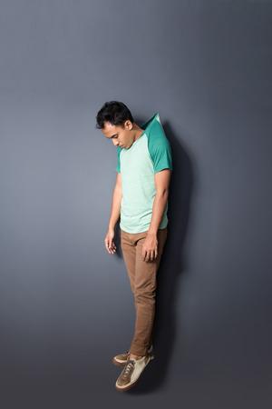 ahorcada: retrato de cuerpo entero de un joven flotando con su camisa ahorcado Foto de archivo