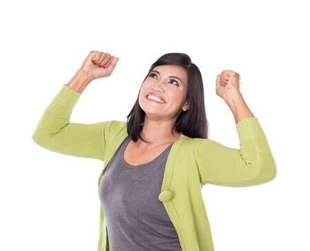 mujer alegre: Un retrato de hermosa mujer asiática de mediana edad muy emocionado y feliz aislado en fondo blanco.