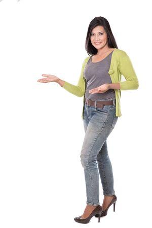 persona alegre: Un retrato de mediana edad hermosa mujer asiática presenta. aislado en fondo blanco