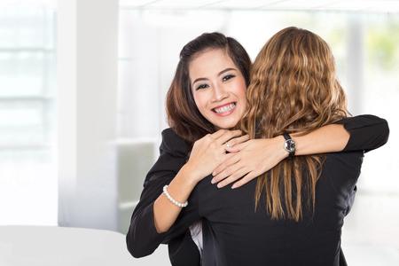 Un portrait d'une jeune femme d'affaires deux ont une réconciliation, isolé