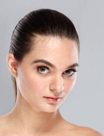 cabelo amarrado: Retrato de mulher bonita com o cabelo amarrado Banco de Imagens