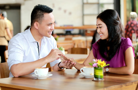 proposed: a gentleman proposed to his girlfriend during dating at cafe