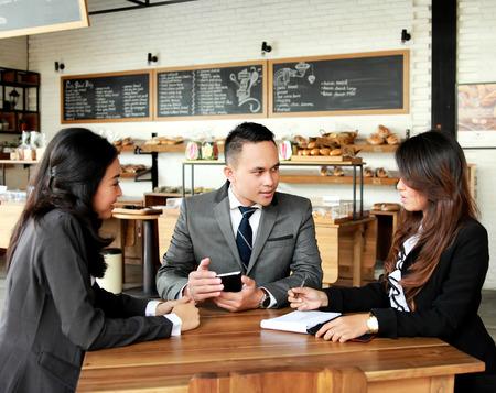 カフェで新しい計画について会議ビジネス人々 のグループの肖像画