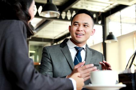 dialogo: retrato de dos hombres de negocios discutir nuevo proyecto, mientras descanso para tomar caf�